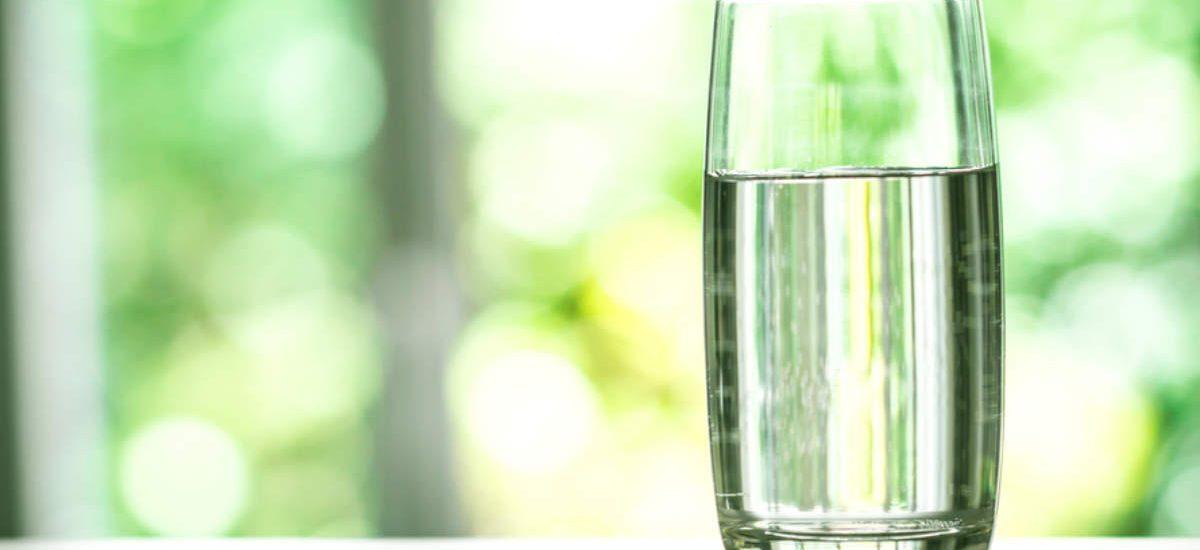 Pse duhet të Pini Ujë Sapo Çoheni në Mëngjes